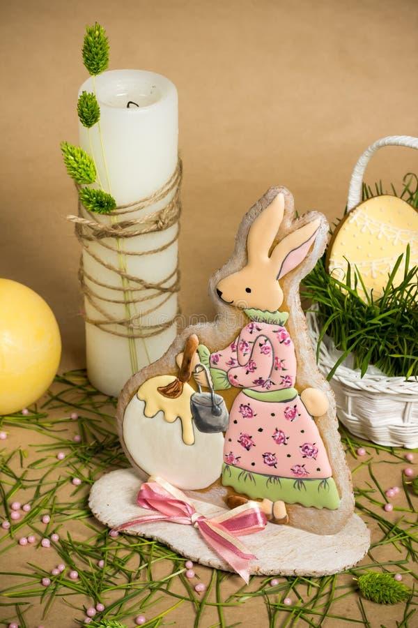 Le lapin a formé le miel-gâteau de Pâques, bougies sur la table de ressort de vacances image stock