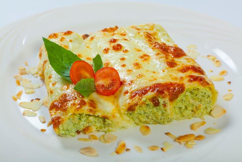 Le lasagne al forno italiane rotolano su un piatto bianco immagini stock libere da diritti
