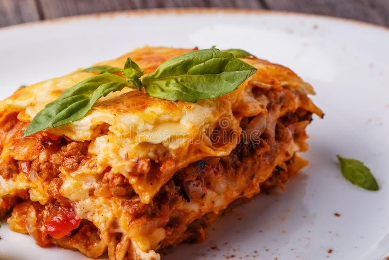 Le lasagne al forno tradizionali fatte con il manzo tritato bolognese sauce immagine stock