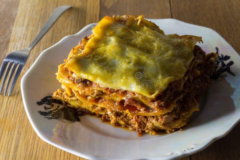 Le lasagne al forno tradizionali fatte con la salsa bolognese del manzo tritato e sono immagini stock