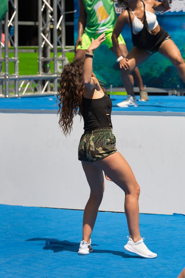 Le latin danse la classe de séance d'entraînement de forme physique : Femmes ayant l'amusement avec la musique photo libre de droits