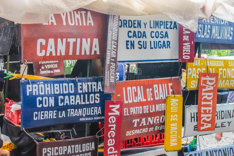Le lavagne argentine dei manifesti comperano oggetto d'antiquariato immagine stock