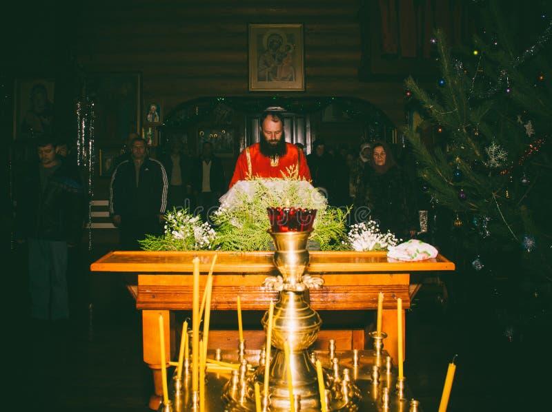 Le lecteur lit les prières sur le service orthodoxe de nuit dans l'église les vacances de l'épiphanie photos libres de droits