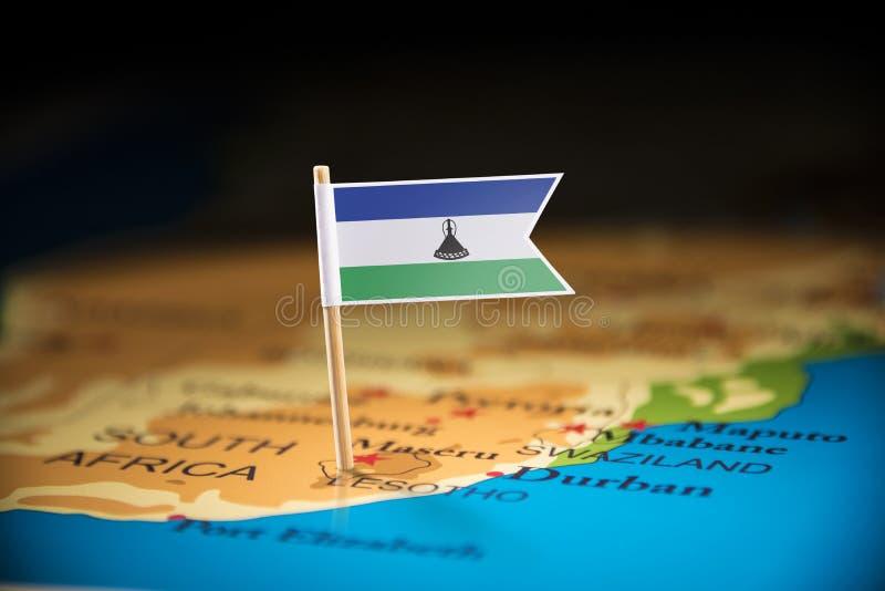 Le Lesotho a identifié par un drapeau sur la carte photographie stock libre de droits