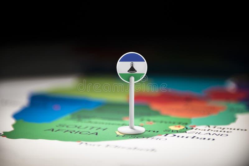 Le Lesotho a identifié par un drapeau sur la carte photo stock