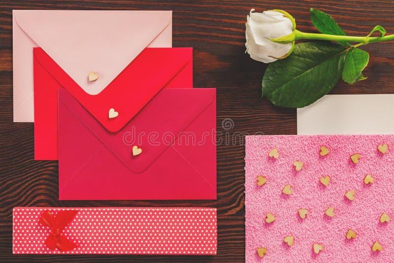 Le lettere dei biglietti di S. Valentino e sono aumentato fotografia stock