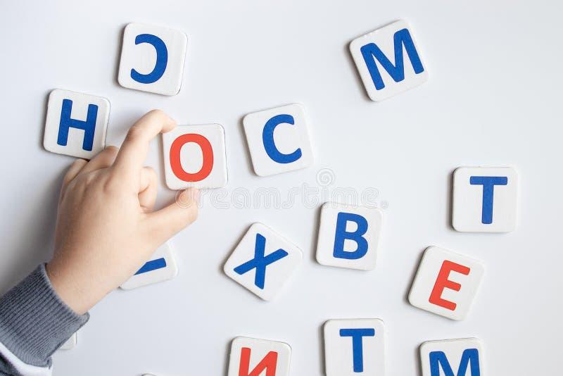 Le lettere dell'alfabeto Contro lo sfondo del consiglio scolastico bianco immagini stock libere da diritti