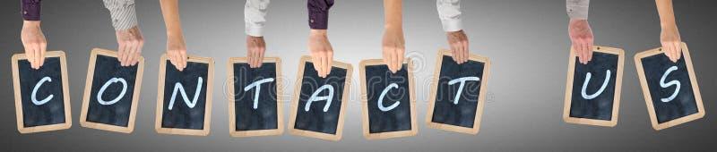 Le lettere della parola ci contattano scritti sulle lavagne immagini stock libere da diritti