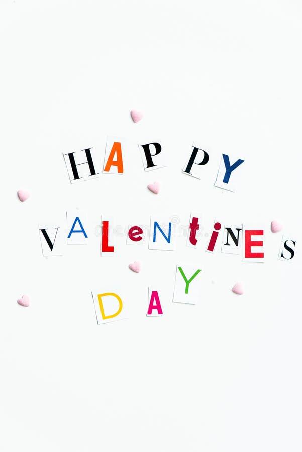 Le lettere di giorno felici dei biglietti di S. Valentino hanno tagliato dalle riviste immagini stock