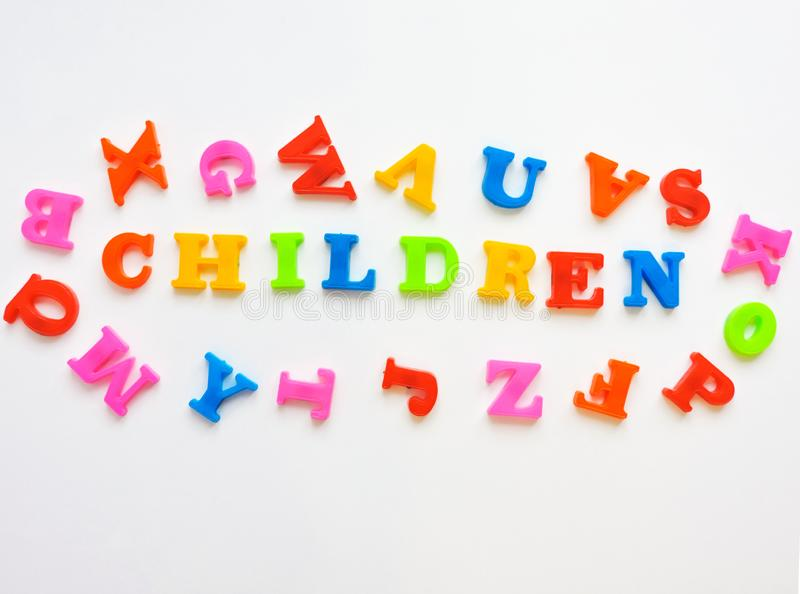 Le lettere di plastica magnetiche di ABC hanno isolato Alfabeto inglese di plastica variopinto su un fondo bianco fotografia stock