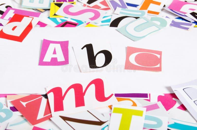 Le lettere hanno tagliato dai giornali fotografia stock