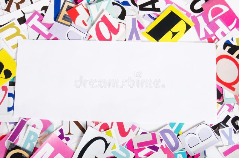 Le lettere hanno tagliato dai giornali fotografie stock libere da diritti