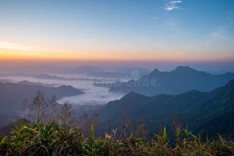 Le lever de soleil à la montagne avec le brouillard et nébulosité le image libre de droits