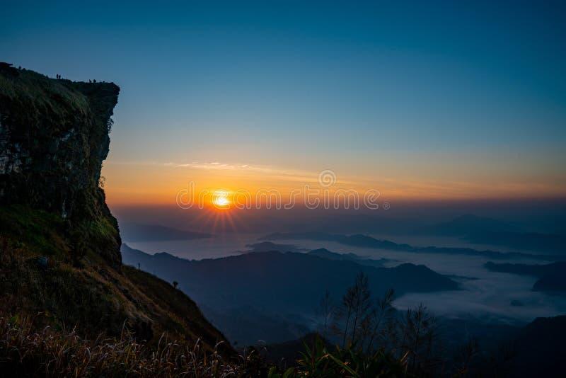 Le lever de soleil à la montagne avec le brouillard et nébulosité le photo libre de droits