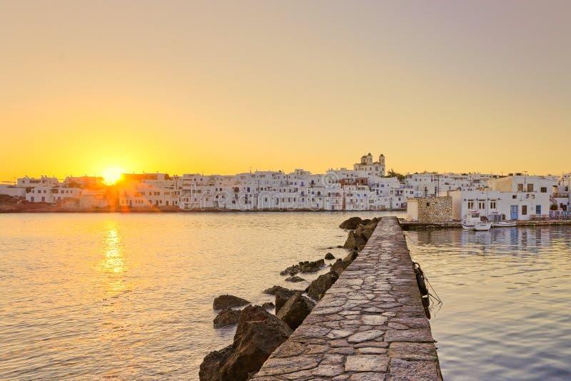 Le lever de soleil au port de Naousa, Grèce images stock