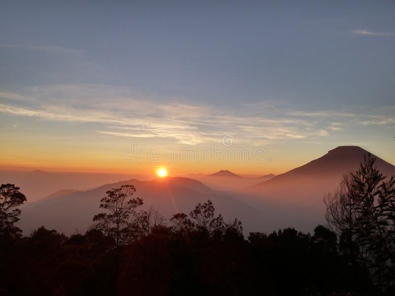 Le lever de soleil d'or du Mt Dieng photographie stock libre de droits