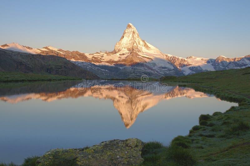 Le lever de soleil de Matterhorn un matin d'été photographie stock libre de droits