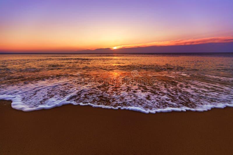 Le Lever De Soleil Et Briller Ondule Dans L Océan Photo stock