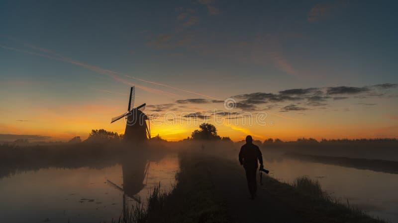 Le lever de soleil réchauffe l'eau de canal dans la brume image libre de droits