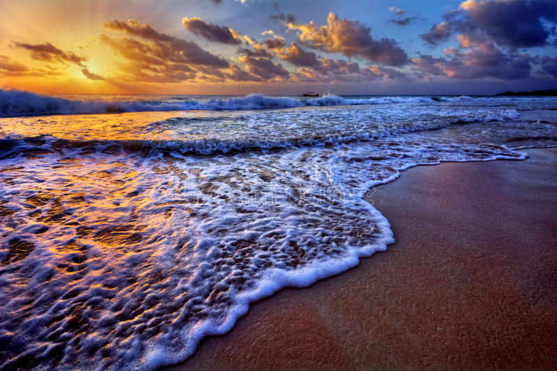 Le lever de soleil serein de destination de plage avec la crête de vague de rupture et la mer écument photographie stock libre de droits