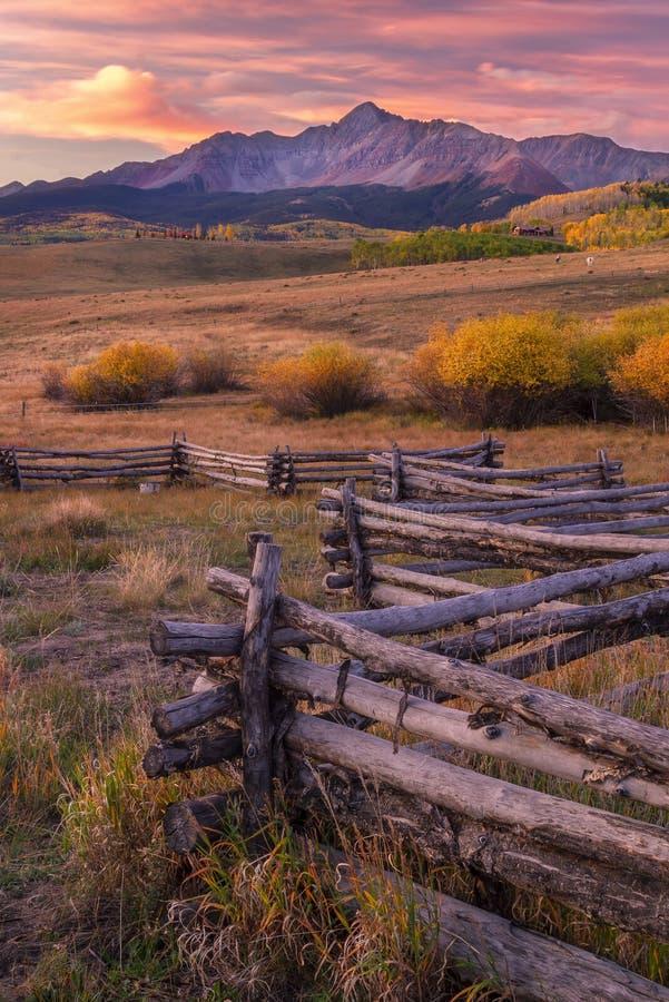 Le lever de soleil sur Wilson Mesa a placé en tellurure le Colorado photos libres de droits