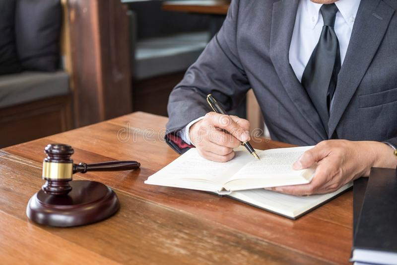 Le lieu de travail de bureau privé pour le conseiller une jeune législation d'avocat avec le marteau et document sur la table en  image libre de droits