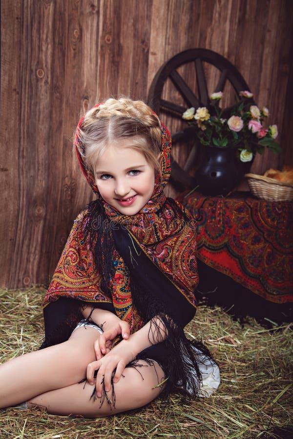 Le lilla flickan i kulör sjalett royaltyfri fotografi