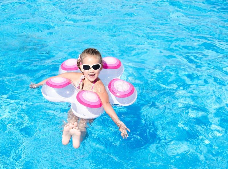 Le lilla flickan i simbassäng royaltyfria bilder
