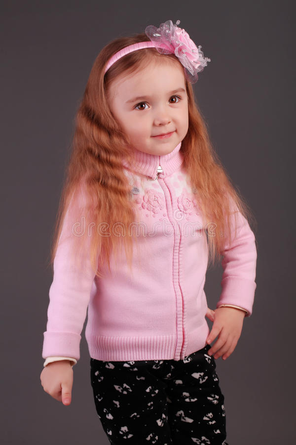 Le lilla flickan i studion royaltyfria bilder