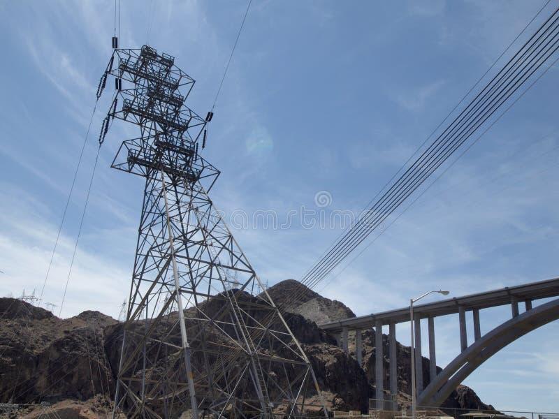 Le linee elettriche ad alta tensione intersecano ai pali pratici di un grande metallo immagine stock libera da diritti