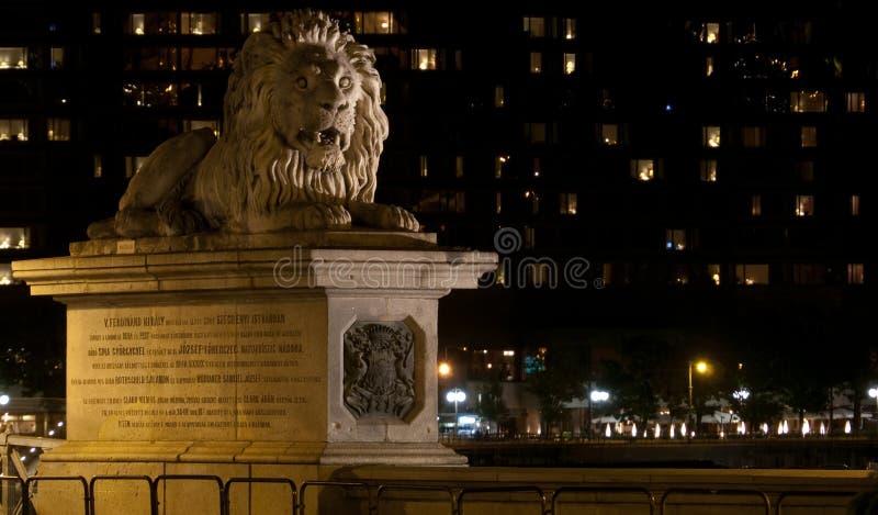 Le lion de la passerelle à chaînes à Budapest image libre de droits