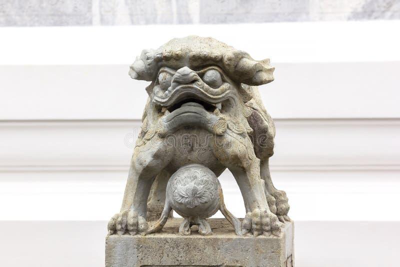 Le lion de style chinois a découpé la pierre sur le piédestal photographie stock libre de droits