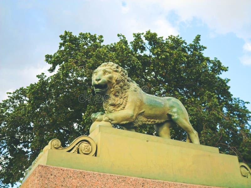 Le lion en bronze au pilier de Dvortsovaya photo stock