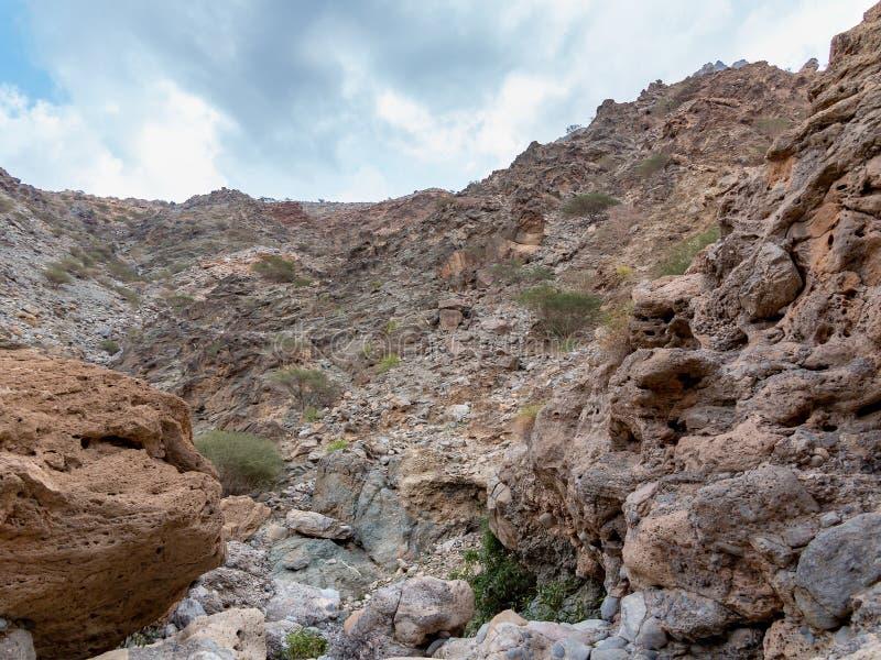 Le lit de la rivière desséché a appelé l'oued en Asie, dans les périphéries de Muscat, l'Oman photographie stock