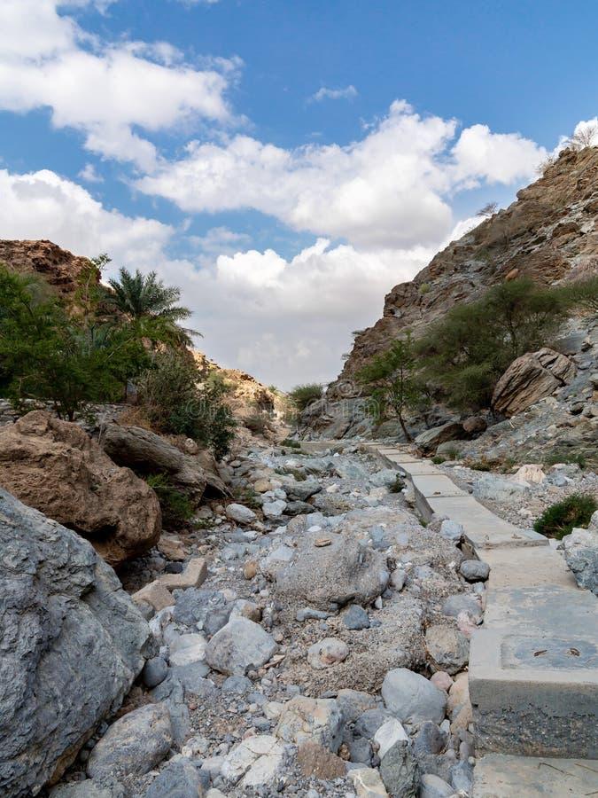 Le lit de la rivière desséché a appelé l'oued en Asie, dans les périphéries de Muscat, l'Oman photos libres de droits