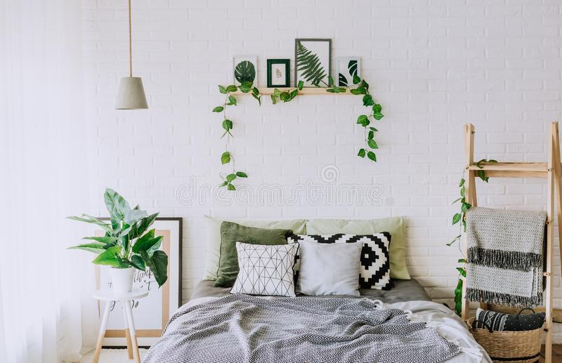 Le lit rustique intérieur de grenier de chambre à coucher couvre le décor photo stock