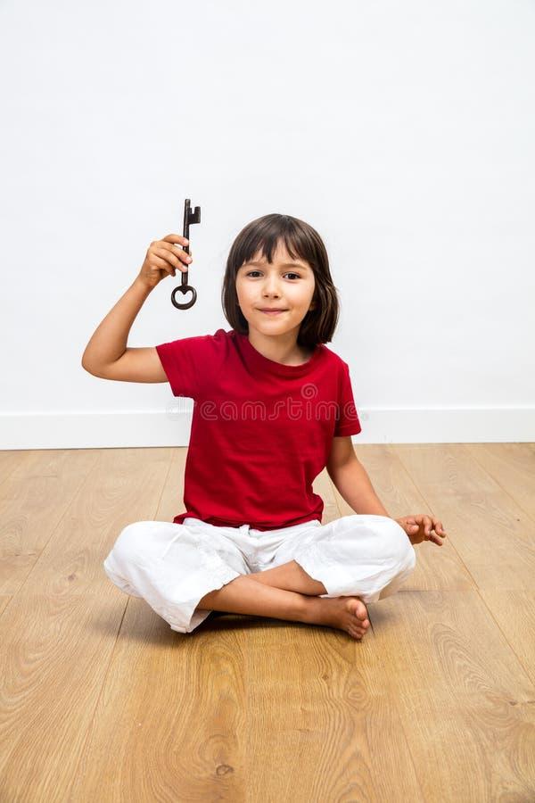Le liten flickainnehavtangenten för motivation, optimism och utbildning royaltyfri fotografi
