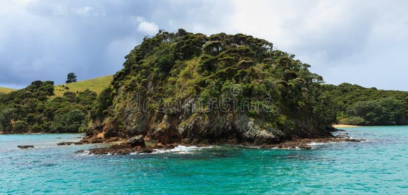 Le littoral de l'île d'Urupukapuka dans la baie des îles, Nouvelle-Zélande photo stock