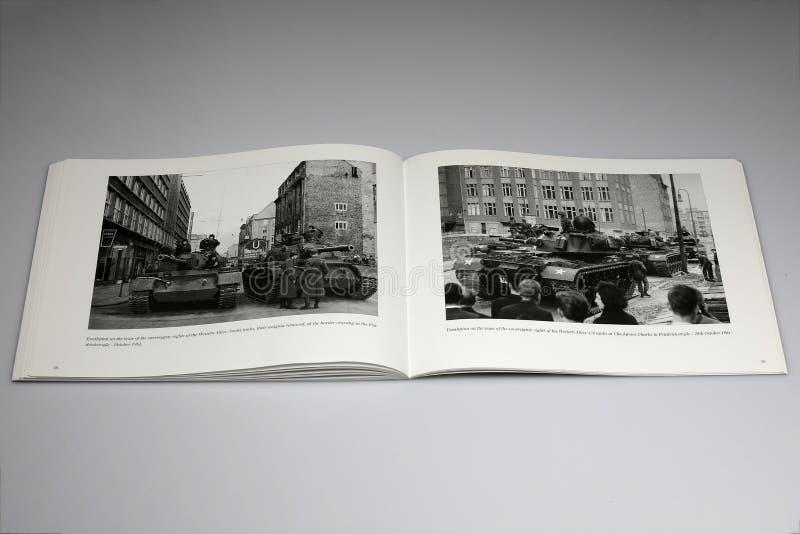 Le livre de Berlin Wall 1961-1989, Soviétique échoue et les USA échouent image stock