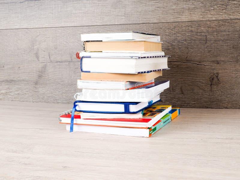 Le livre est sur une table en bois photographie stock