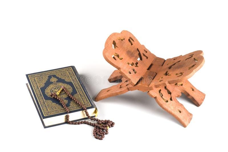 Le livre islamique saint Coran s'est fermé avec le rosaire photos libres de droits