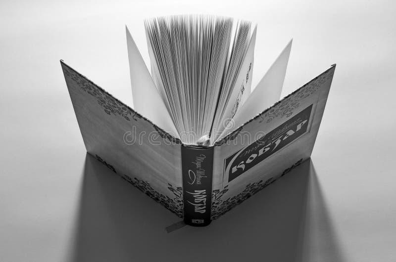 Le livre ouvert Kobzar se tient sur le bureau prêt pour la lecture photos libres de droits