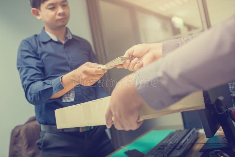 Le livreur reçoivent payer le colis de messager de paquet de paiement en espèces, main de personnes donnant le paiement de messag images libres de droits