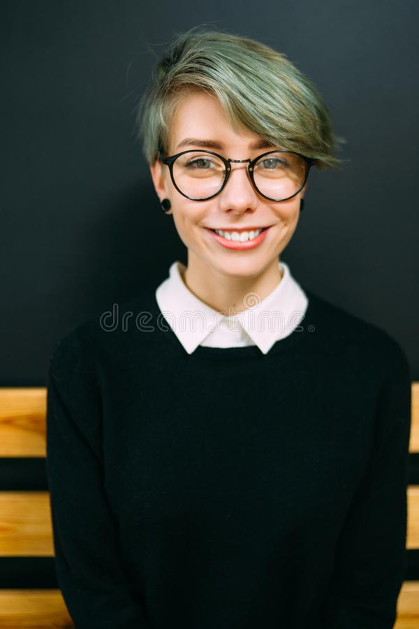 Le livsstil för mode för flickaexponeringsglashipster tonårig royaltyfri bild