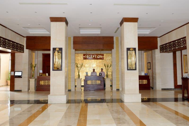 Le lobby de l'hôtel de luxe de station balnéaire Arabe de lever de soleil photos stock
