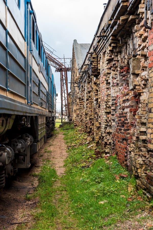 Le locomotive dell'epoca sovietica riposano dopo una lunga giornata di lavoro immagine stock