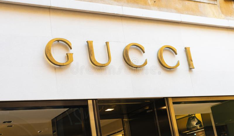 Le logo de façade de magasin de Gucci, Gucci est une mode italienne de luxe et les marchandises en cuir stigmatisent, une partie  photographie stock