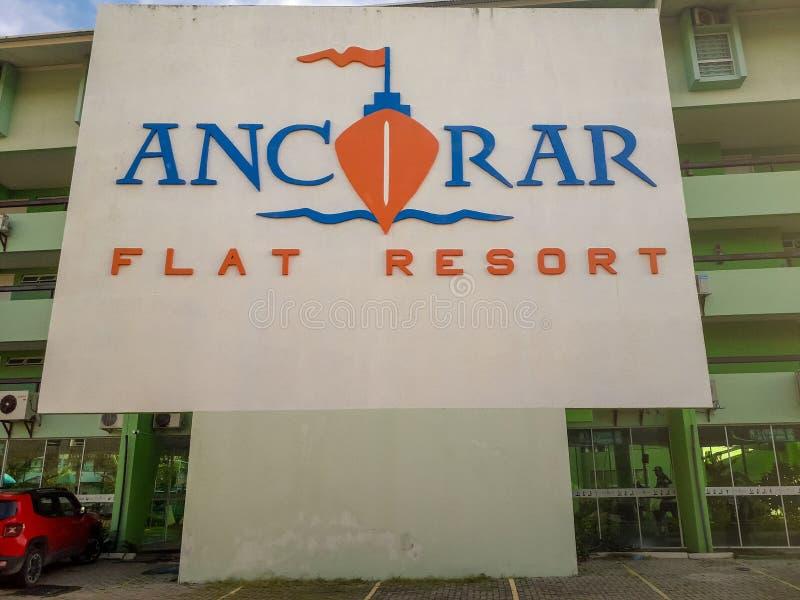 Le logo plat de station de vacances d'Ancorar se connectent le fond blanc imprimé sur le mur à Porto de Galinhas, Brésil images libres de droits