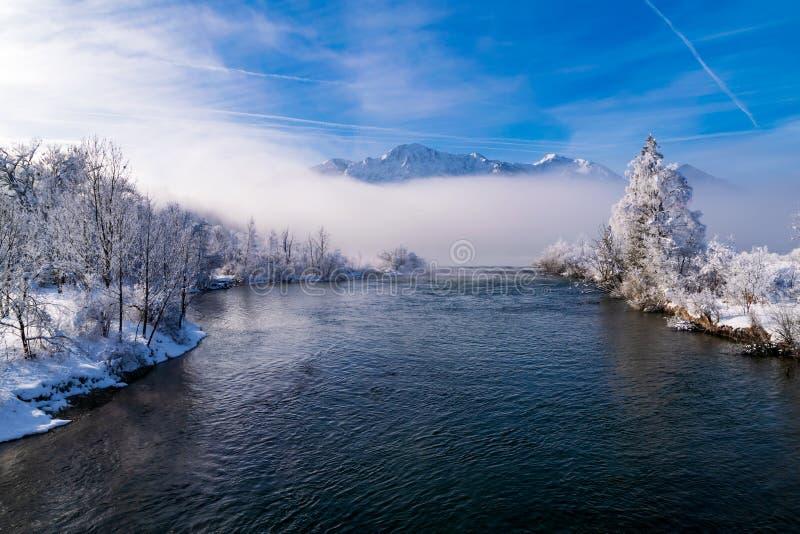 Le Loisach un matin brumeux d'hiver image stock