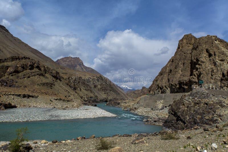 Le long de la manière chez Leh à Fatu La est une montagne passent dessus Srinagar-l images libres de droits